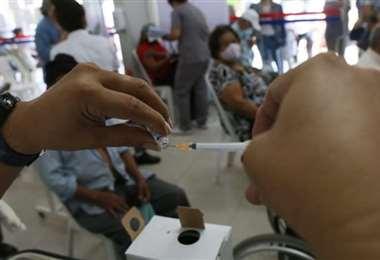 Foto archivo El Deber: las 105 mil dosis que llegaron hoy serán usadas desde mañana.