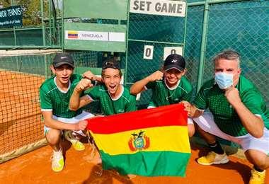 El festejo del equipo boliviano de tenis que participa en el Sudamericano Sub-14. Foto: GV