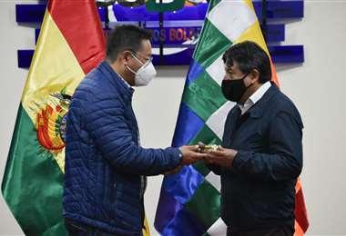 Arce entrega el bastón de mando a Choquehuanca I APG Noticias.
