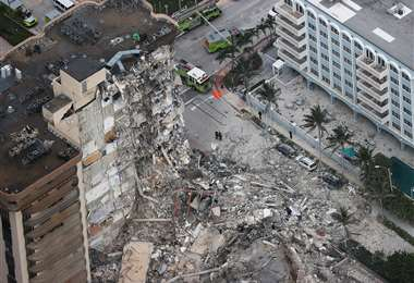 Buscan a personas desaparecidas tras el colapso del edificio. Foto AFP