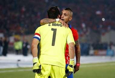 El abrazo de reconciliación entre Vidal y Bravo. Foto: internet