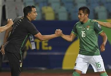 El saludo de Farías con Saavedra en el partido ante Chile. Foto: AFP