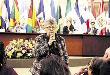 La jueza Elizabeth Odio Benito, presidenta de la Corte IDH, dirige la deliberación