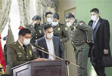 El ministro de Gobierno y el comandante de la Policía, que es coronel, ingresan a un acto