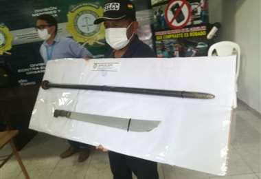 La Felcc muestra las armas que utilizaron para matar al hombre por pelea de herencia