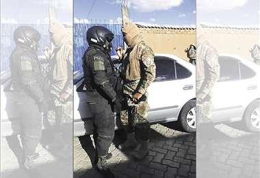 Policía incauta vehículo 'chuto' conducido por militares en La Paz