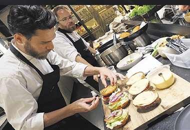Las hamburguesas de 'pollo' en plena preparación en la cocina