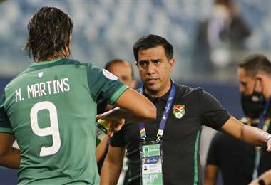 César Farías, en el momento que hizo ingresar a Marcelo Martins. Foto: AFP