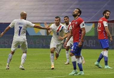 El festejo de Braian Samudio tras su gol a Chile. Foto: AFP