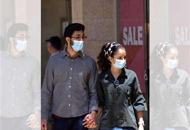 Una pareja usando barbijo en el centro de Jerusalén   Foto: AFP