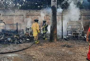 El fuego consumió 16 vehículos que estaban siendo reparados en el taller mecánico.