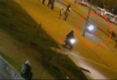 Imagen del video donde se ve el momento del accidente del motociclista