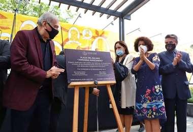 Momento en el que inauguran de manera oficial de la plaza dedicada a Manzanero