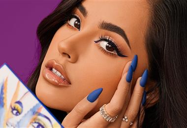 Becky G promocionando su línea de maquillaje