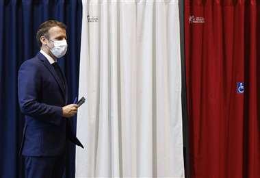 Macron al momento de votar en las elecciones regionales