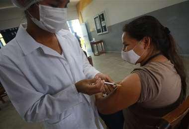 Los mayores de 30 años comenzaron a recibir la vacuna/Foto: Jorge Guitérrez