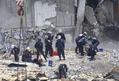 Trabajos de rescate en el edificio caído