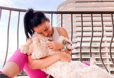 Camila, en el balcón de su departamento en Surfside, Miami
