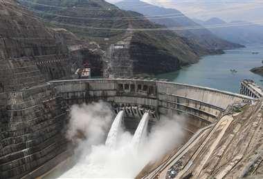 La presa atraviesa un profundo y estrecho desfiladero en el tramo superior del Yangtsé