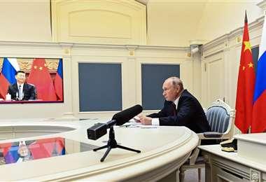 Vladimir Putin y Xi Jinping sostuvieron una videoconferencia. Foto AFP