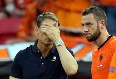 De Boer (izq.), en su último partido con su selección ante Rep. Checa. Foto: AFP