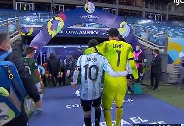 Messi y Lampe de ida a los camarines después del partido del lunes. Foto: internet