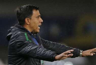 César Farías, durante el partido entre Bolivia y Argentina. Foto: AFP
