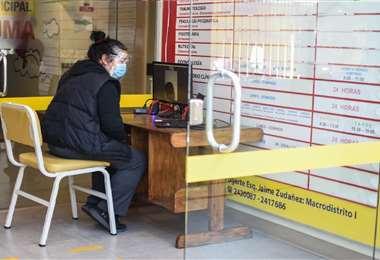 A través de una pantalla, los familiares tienen contacto con los pacientes