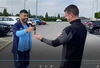 Captura de pantalla cuando Agüero entrega la llave del vehículo al utilero del City