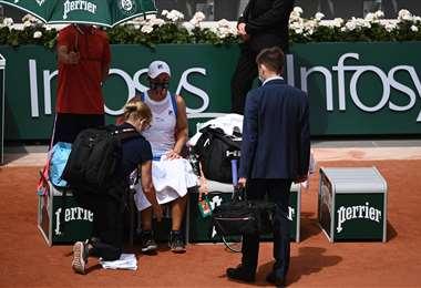 Ashleigh Barty cuando era atendida por los médicos del torneo. Foto: AFP
