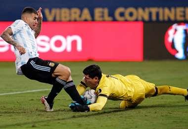 La estirada de Lampe para evitar el remate de un jugador de Argentina. Foto: FBF
