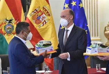 Donación de insumos sanitarios llegados desde España. Foto: ABI