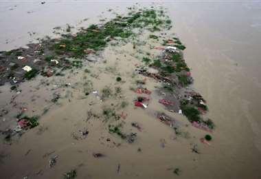 Algunas familias de escasos recursos enterraron a sus familiares a las orillas del río