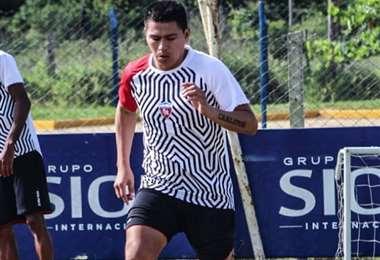Carlos Saucedo con la camiseta de Royal Pari. Foto: internet