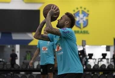 Neymar juega basquet en la concentración de Brasil. Foto: AFP