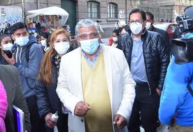 El alcalde Iván Arias antes de ingresar a la Fiscalía. Foto: APG Noticias
