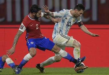 Messi se lleva la pelota ante la marca de Mena. Foto: AFP
