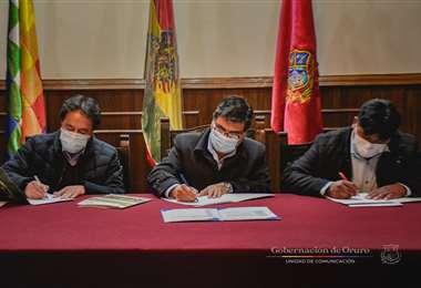 La firma del decreto 112 que dicta más restricciones (Foto: GADO)