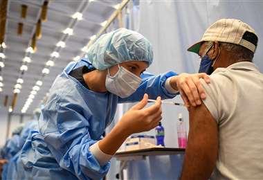 Un anciano recibe la primera dosis de la vacuna Sputnik V en Caracas. Foto. AFP