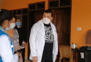 Jhonny Fernández acompaña a las brigadas en el rastrillaje casa por casa