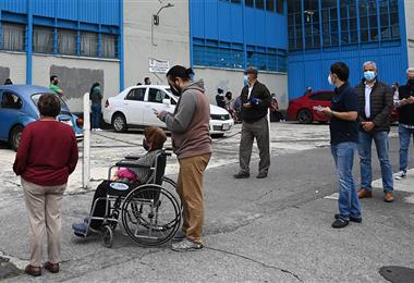 La gente hace cola para emitir sus votos en la Ciudad de México. Foto. AFP