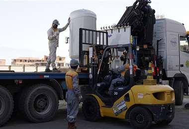 Operarios descargan parte del equipamiento donado