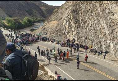 Productores bloquean la ruta de los valles en espera del ministro de economía
