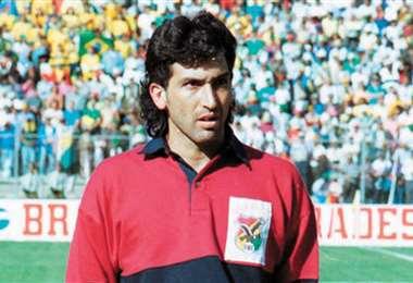 Carlos Leonel Trucco con el escudo de la FBF en el pecho. Foto: Internet