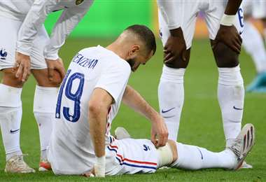 Benzema se fue al piso y no pudo continuar el partido. Foto: AFP