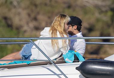 La actriz junto a su compañero de paseo  en Ibiza