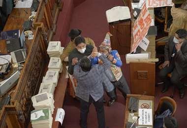 Diputados y senadores del oficialismo y de la oposición se fueron a los golpes. Foto APG