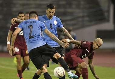 Venezolanos y uruguayos no pudieron cumplir con su objetivo de sumar de a tres. Foto: AFP