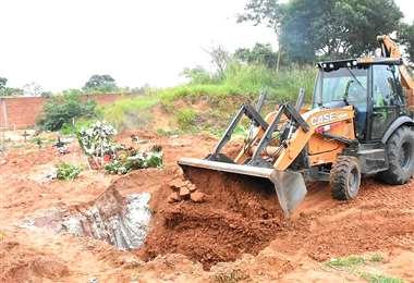 Este martes las maquinaria empezaron a excavar varias fosas en dos cementerios.