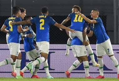 Neymar (10) marcó el primer gol de Brasil, en Asunción. Foto: AFP